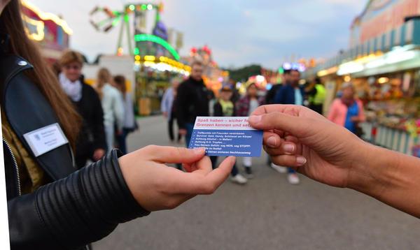 Verteilung der Präventionskarte auf dem Volksfest