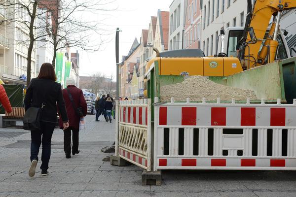 Bagger und Baustelle signalisieren den Beginn der Sanierungsarbeiten in der Fußgängerzone.