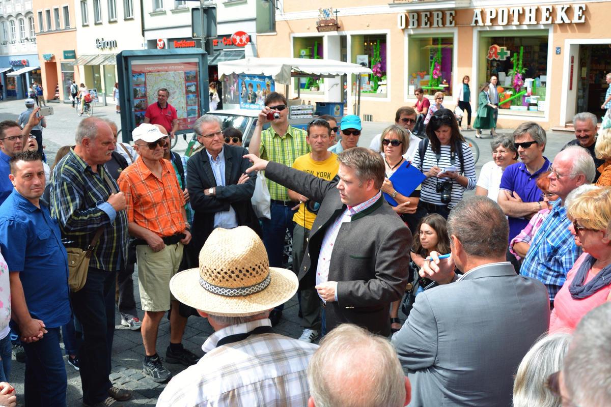 Oberbürgermeister Dr. Christian Lösel beim Stadtspaziergang
